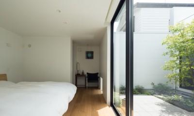 中庭に面した開放的な主寝室|茅ヶ崎の家〜旗竿敷地に建つ三つの庭を持つ家