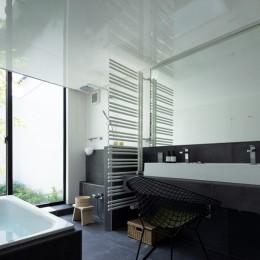 茅ヶ崎の家〜旗竿敷地に建つ三つの庭を持つ家 (中庭に面したホテルライクな浴室)