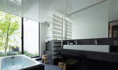 中庭に面したホテルライクな浴室|茅ヶ崎の家〜旗竿敷地に建つ三つの庭を持つ家