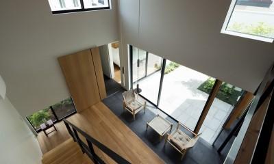 リビングを見下ろし|茅ヶ崎の家〜旗竿敷地に建つ三つの庭を持つ家