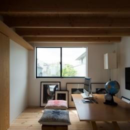 茅ヶ崎の家〜旗竿敷地に建つ三つの庭を持つ家 (20m先まで見通せるファミリーラボ)