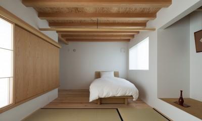畳ラウンジと専用テラスをもつ寝室|茅ヶ崎の家〜旗竿敷地に建つ三つの庭を持つ家