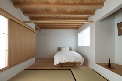 畳ラウンジと専用テラスをもつ寝室 (茅ヶ崎の家〜旗竿敷地に建つ三つの庭を持つ家)