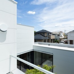 茅ヶ崎の家〜旗竿敷地に建つ三つの庭を持つ家 (二階テラスから眺める「抜けた」街並み)