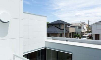 二階テラスから眺める「抜けた」街並み|茅ヶ崎の家〜旗竿敷地に建つ三つの庭を持つ家