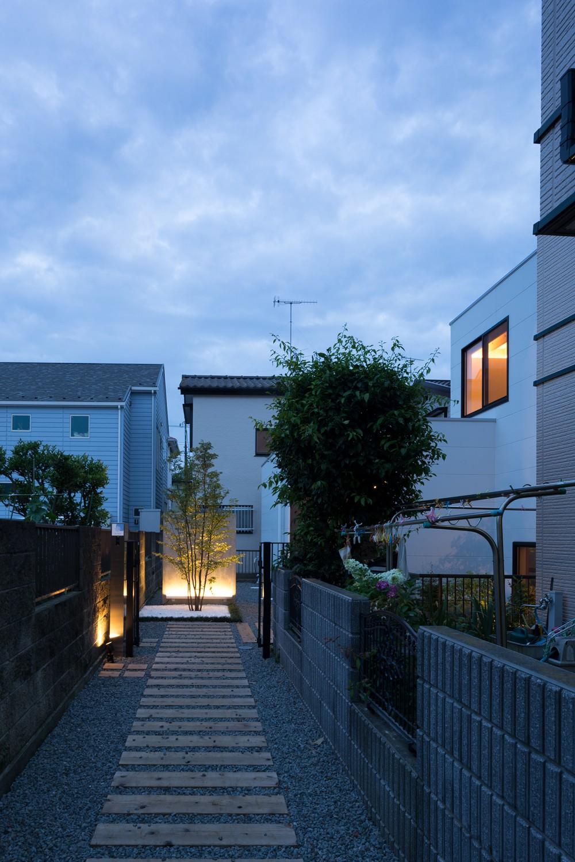 津野恵美子「茅ヶ崎の家〜旗竿敷地に建つ三つの庭を持つ家」