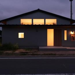 休耕地に建つ女性のための住宅 (休耕地の家|東側外観夜景)