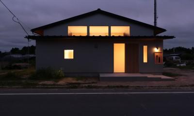 休耕地の家|東側外観夜景|休耕地の家~農地転用後の平屋の住まい~