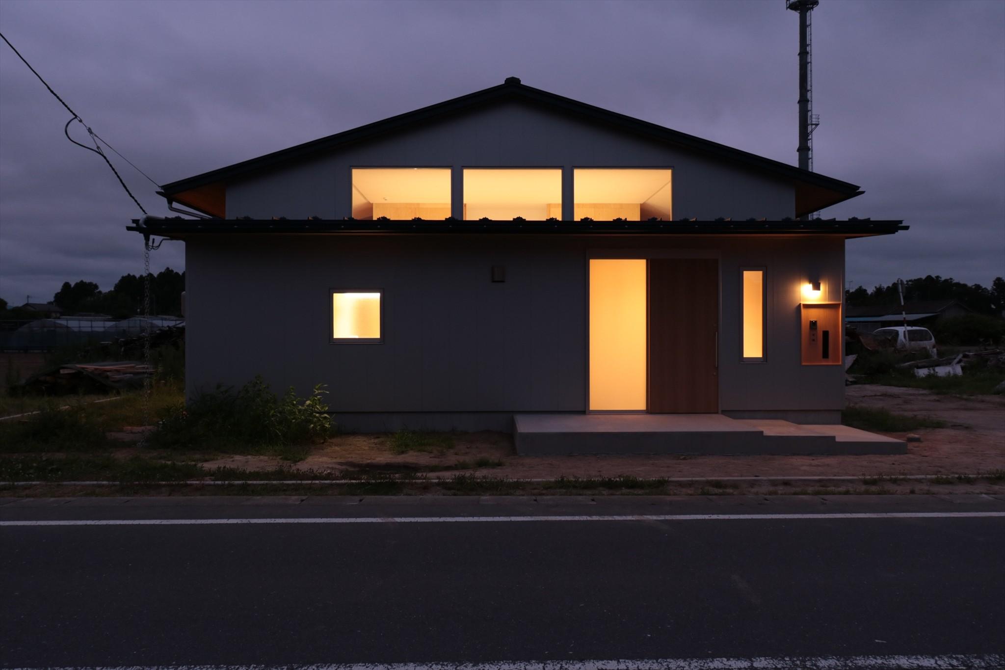 外観事例:休耕地の家|東側外観夜景(休耕地に建つ女性のための住宅)