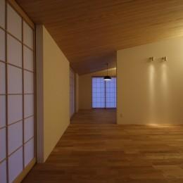 古燈の家(ことうのいえ)~和と現代の融合~ (勾配天井でつながる居室)