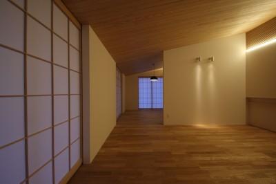 勾配天井でつながる居室 (古燈の家(ことうのいえ)~和と現代の融合~)