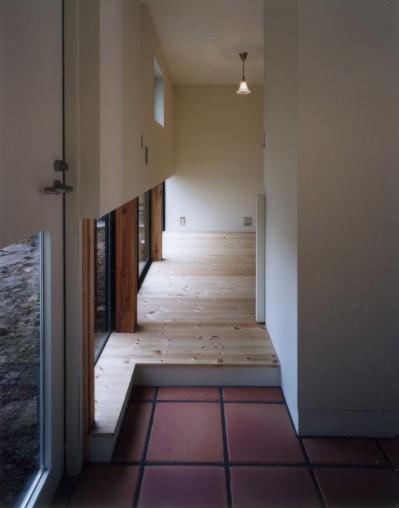 玄関と書斎 (地窓の家〜地窓と3つの庭と2つの書斎がある家〜)