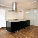 「バリアフリー」と「心地よさ」をかなえた シニア向けリフォーム:コンクリート住宅のリノベーションの写真 ダイニングキッチン~寝室