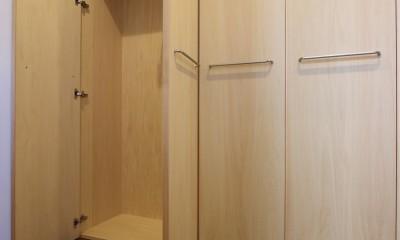 「バリアフリー」と「心地よさ」をかなえた シニア向けリフォーム:コンクリート住宅のリノベーション (内部廊下の壁面収納庫)
