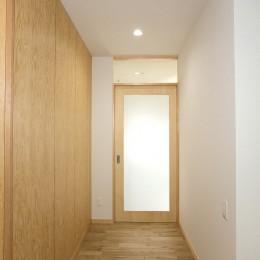 ホームエレベーターがあるバリアフリー住宅|遮音・防音構造の住宅(ガレージハウス) (内部廊下)