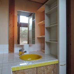 家族のびのび大空間:自然素材の家 (洗面・化粧台)