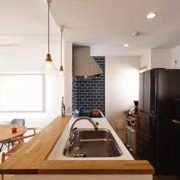 無垢材の様々な表情を楽しむ (キッチン)