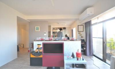 築24年のマンションを英国家具にマッチさせるスタイリッシュなテイストにリノベ!平日と休日のライフスタイルの変化にも対応できる生活動線 (リビング)