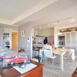 築24年のマンションを英国家具にマッチさせるスタイリッシュなテイストにリノベ!平日と休日のライフスタイルの変化にも対応できる生活動線 (キッチン)