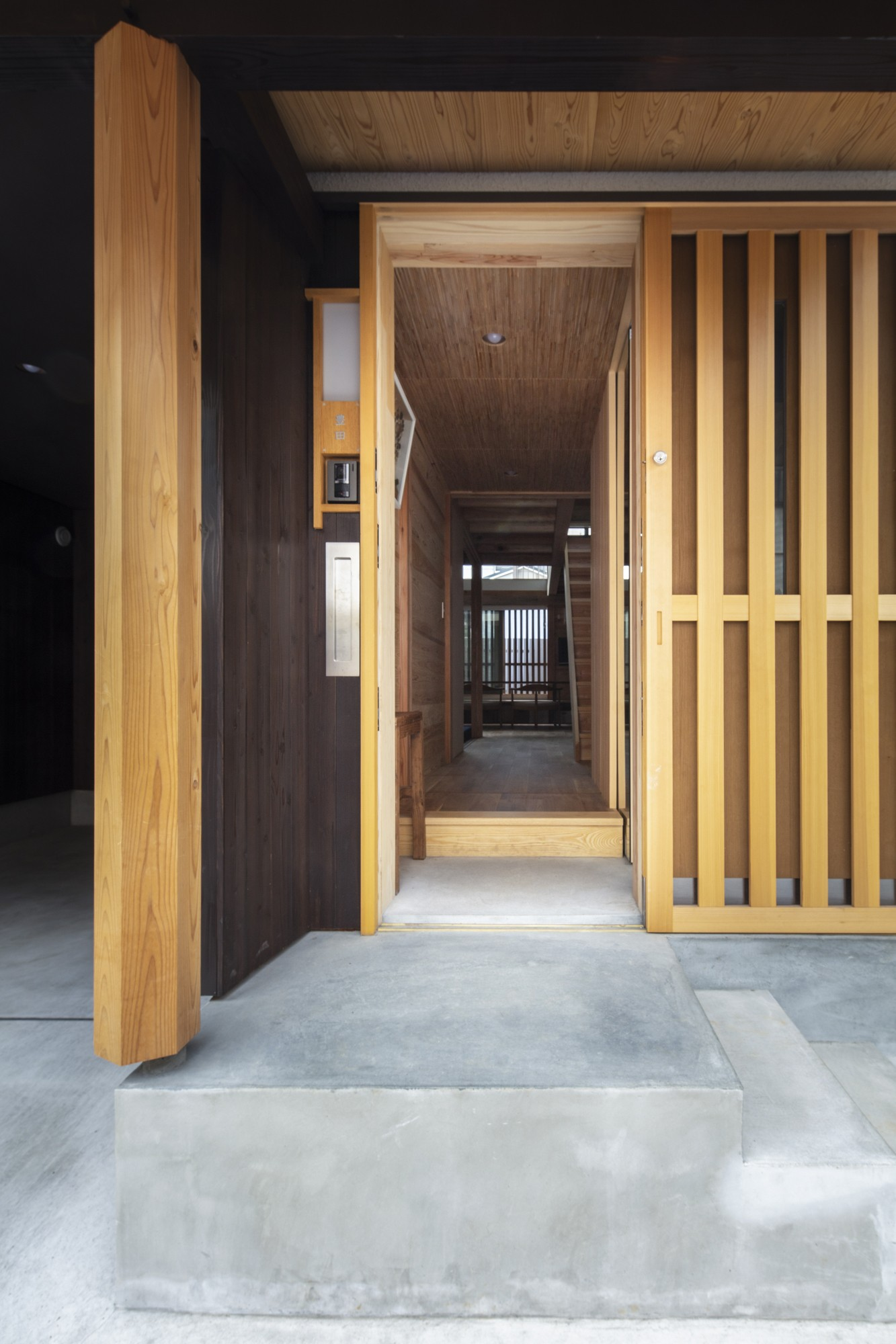 玄関事例:玄関から見た様子(東大阪の家)