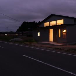休耕地の家|北東側外観夜景 (休耕地に建つ女性のための住宅)