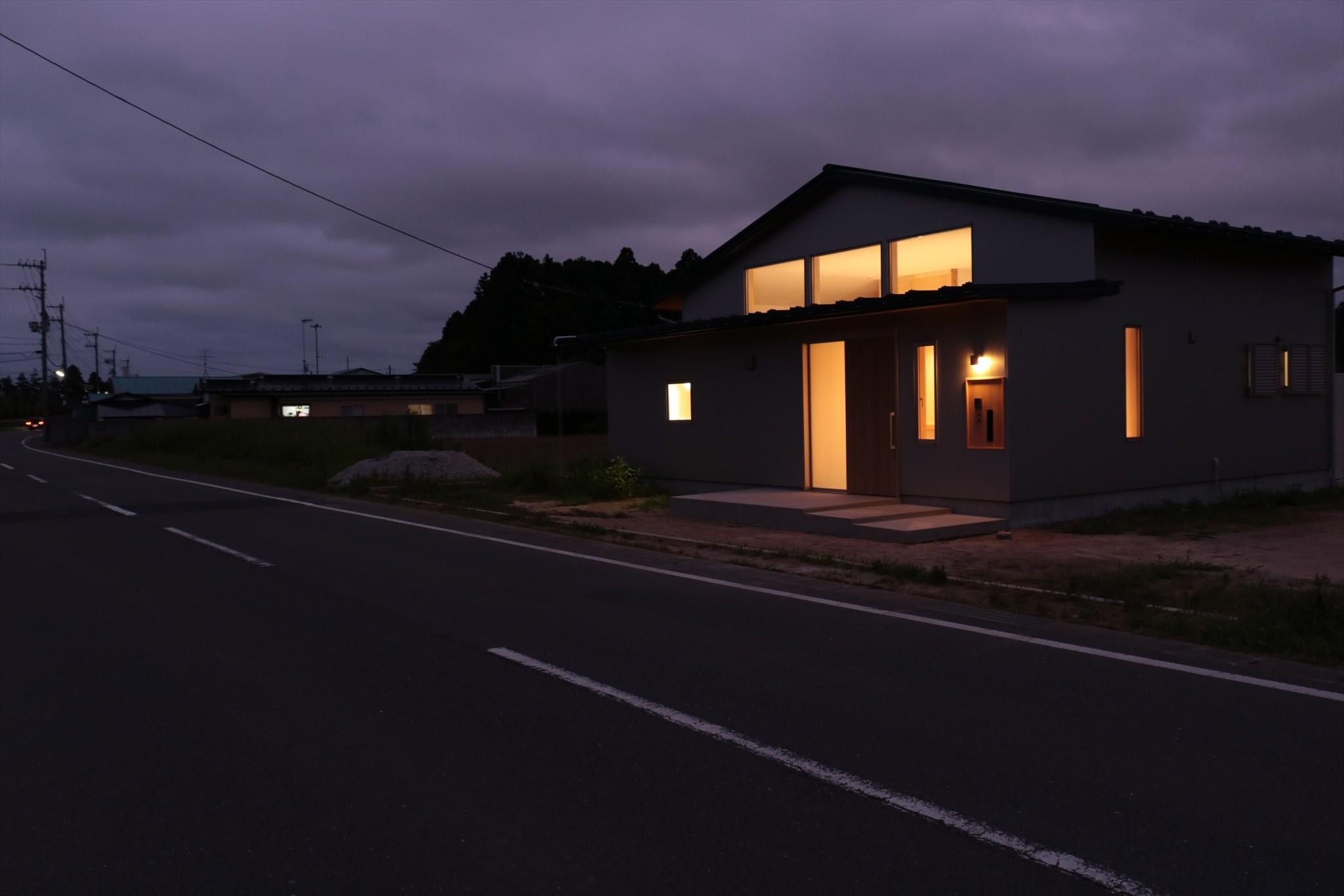外観事例:休耕地の家 北東側外観夜景(休耕地に建つ女性のための住宅)