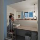 1階リビングから2階リビングへ変更、光と風を取り入れるやわらかなモノトーンの家(吹田の家リノベーション)の写真 洗面スペース