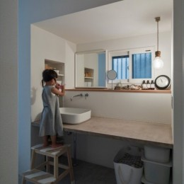 1階リビングから2階リビングへ変更、光と風を取り入れるやわらかなモノトーンの家(吹田の家リノベーション) (洗面スペース)