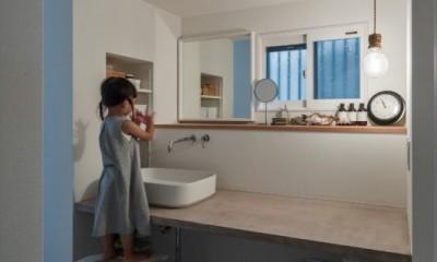 洗面スペース|1階リビングから2階リビングへ変更、光と風を取り入れるやわらかなモノトーンの家(吹田の家リノベーション)