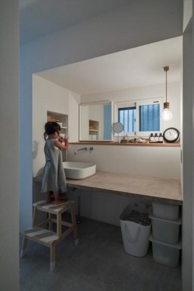 洗面スペース (1階リビングから2階リビングへ変更、光と風を取り入れるやわらかなモノトーンの家(吹田の家リノベーション))