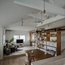 1階リビングから2階リビングへ変更、光と風を取り入れるやわらかなモノトーンの家(吹田の家リノベーション)の写真 リビング