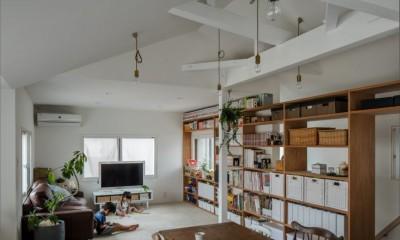 リビング|1階リビングから2階リビングへ変更、光と風を取り入れるやわらかなモノトーンの家(吹田の家リノベーション)