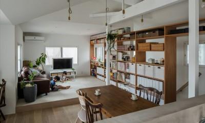 1階リビングから2階リビングへ変更、光と風を取り入れるやわらかなモノトーンの家(吹田の家リノベーション) (リビング)