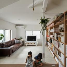 1階リビングから2階リビングへ変更、光と風を取り入れるやわらかなモノトーンの家(吹田の家リノベーション) (小上がりリビング)