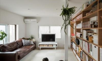 小上がりリビング|1階リビングから2階リビングへ変更、光と風を取り入れるやわらかなモノトーンの家(吹田の家リノベーション)