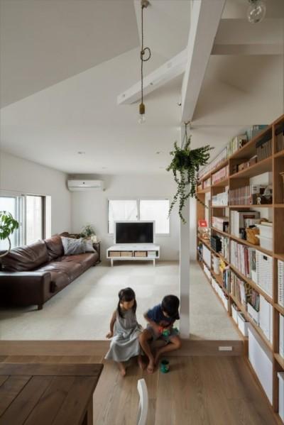 小上がりリビング (1階リビングから2階リビングへ変更、光と風を取り入れるやわらかなモノトーンの家(吹田の家リノベーション))
