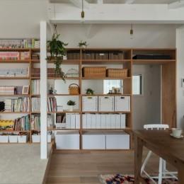 1階リビングから2階リビングへ変更、光と風を取り入れるやわらかなモノトーンの家(吹田の家リノベーション) (見せる収納)