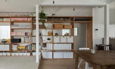 見せる収納|1階リビングから2階リビングへ変更、光と風を取り入れるやわらかなモノトーンの家(吹田の家リノベーション)