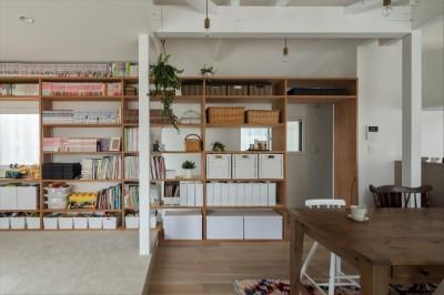 見せる収納 (1階リビングから2階リビングへ変更、光と風を取り入れるやわらかなモノトーンの家(吹田の家リノベーション))