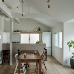 1階リビングから2階リビングへ変更、光と風を取り入れるやわらかなモノトーンの家(吹田の家リノベーション)