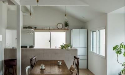 ダイニングキッチン|1階リビングから2階リビングへ変更、光と風を取り入れるやわらかなモノトーンの家(吹田の家リノベーション)