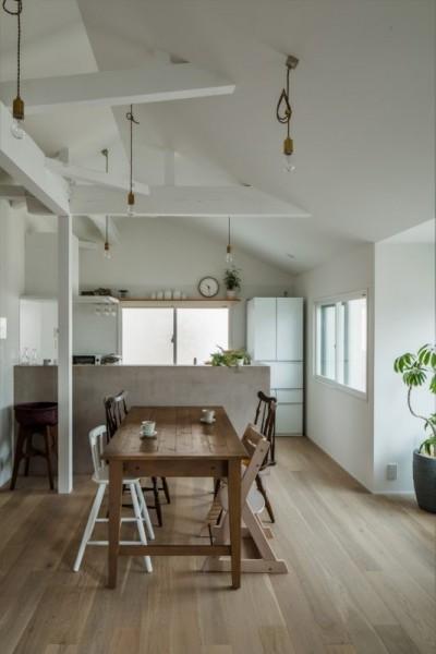 ダイニングキッチン (1階リビングから2階リビングへ変更、光と風を取り入れるやわらかなモノトーンの家(吹田の家リノベーション))
