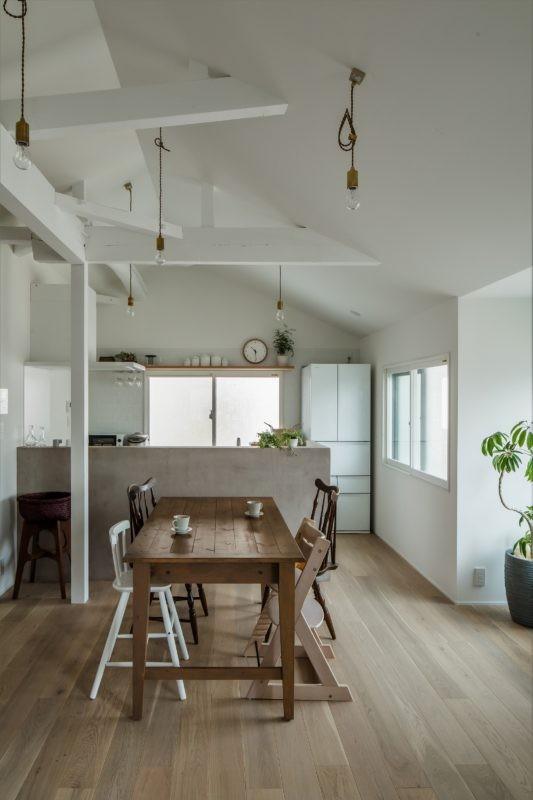1階リビングから2階リビングへ変更、光と風を取り入れるやわらかなモノトーンの家(吹田の家リノベーション) (ダイニングキッチン)