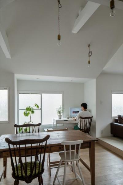 スタディーコーナー (1階リビングから2階リビングへ変更、光と風を取り入れるやわらかなモノトーンの家(吹田の家リノベーション))