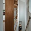 1階リビングから2階リビングへ変更、光と風を取り入れるやわらかなモノトーンの家(吹田の家リノベーション)の写真 リビング階段