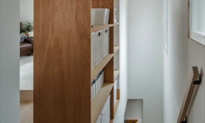 1階リビングから2階リビングへ変更、光と風を取り入れるやわらかなモノトーンの家(吹田の家リノベーション) (リビング階段)