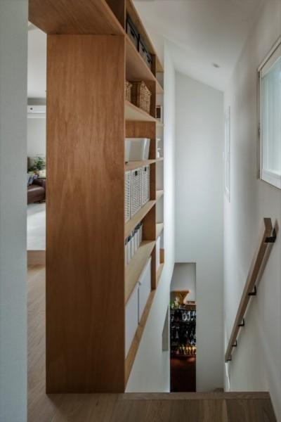 リビング階段 (1階リビングから2階リビングへ変更、光と風を取り入れるやわらかなモノトーンの家(吹田の家リノベーション))