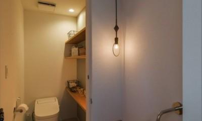 1階リビングから2階リビングへ変更、光と風を取り入れるやわらかなモノトーンの家(吹田の家リノベーション) (造作トイレ・手洗い)