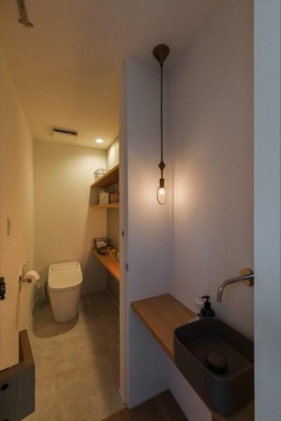 造作トイレ・手洗い (1階リビングから2階リビングへ変更、光と風を取り入れるやわらかなモノトーンの家(吹田の家リノベーション))