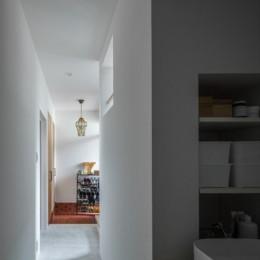 1階リビングから2階リビングへ変更、光と風を取り入れるやわらかなモノトーンの家(吹田の家リノベーション) (廊下からみる玄関)
